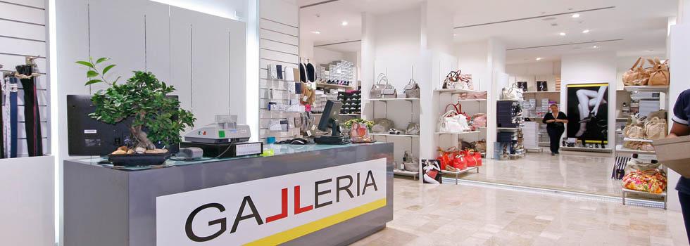 Arredamento negozio di calzature e borse allestimento a for Negozi arredamento salerno