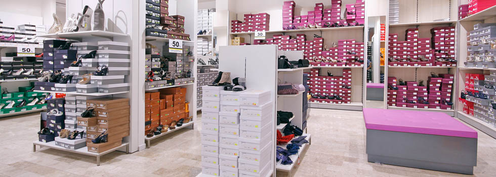 Arredamento negozio di calzature e borse allestimento a for Arredo negozi salerno