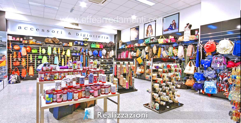 Realizzazione arredamento negozi Accessori Moda