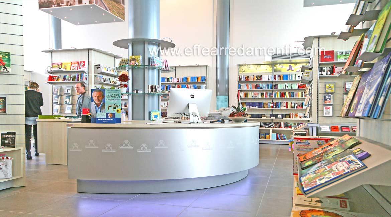 Arredamento negozio a scandicci firenze libreria effe for Effe arredamenti