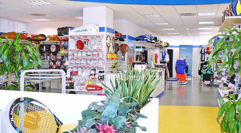 Arredamento negozio a Venezia: Tennis e sport - Effe Arredamenti