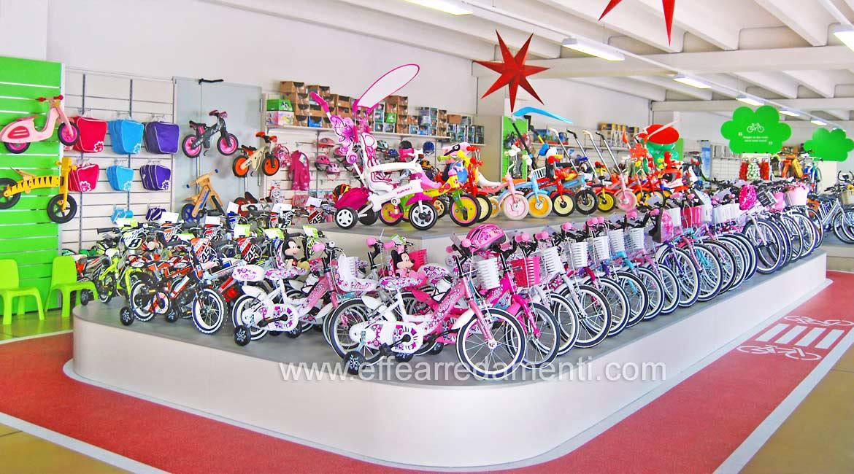 Allestimento Arredamento Negozio biciclette, pedane esposizione biciclette bambino
