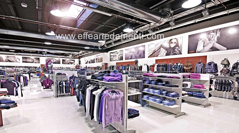 Mise en place du magasin de meubles Super Store Vêtements Homme Femme Enfant Bracciano Roma