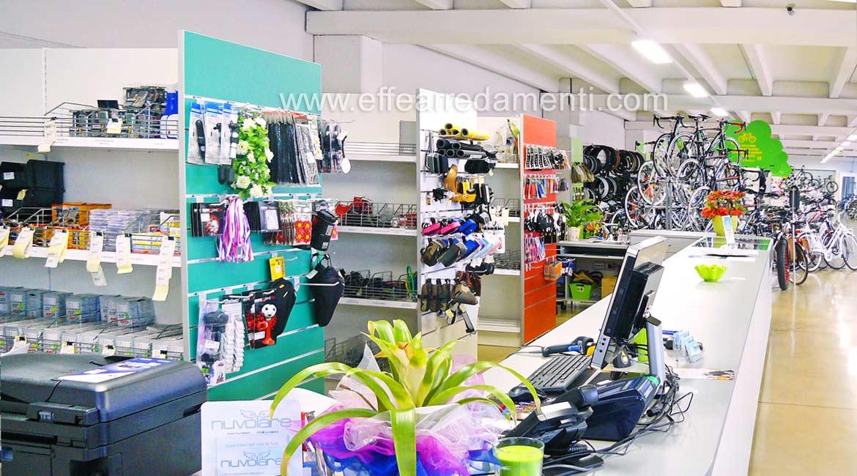 Bancone cassa e retro banco negozio biciclette