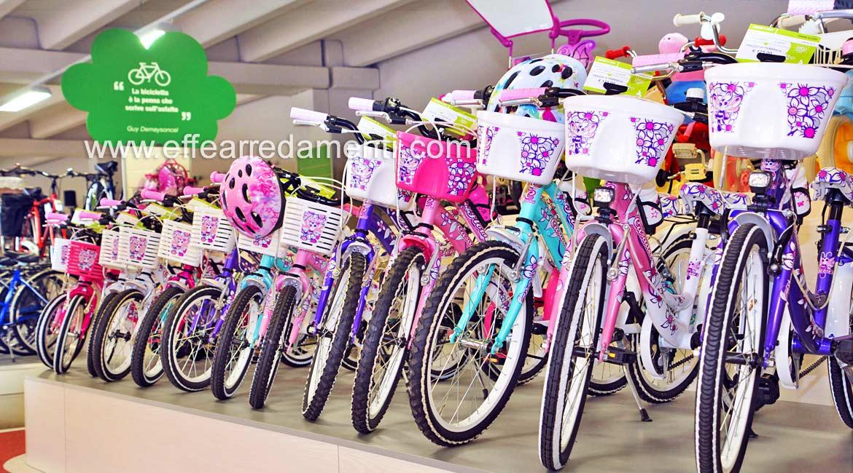 Pedana per Esposizione biciclette donna e bambino.