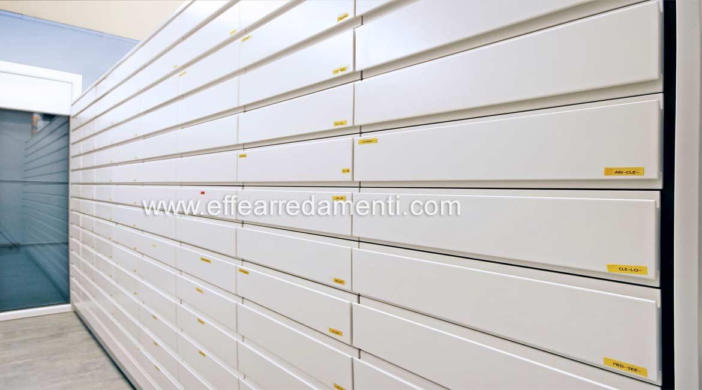 Стена с ящиками из фармацевтических модульных аптек