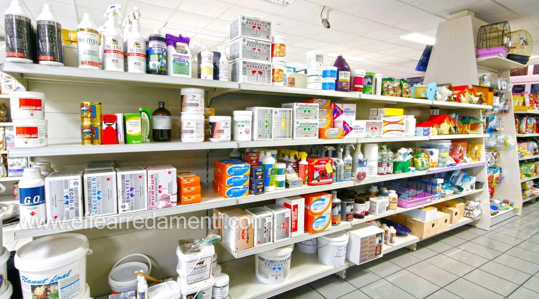 Möbelregale zeigen Produkte, die Hygiene-Pferde säubern