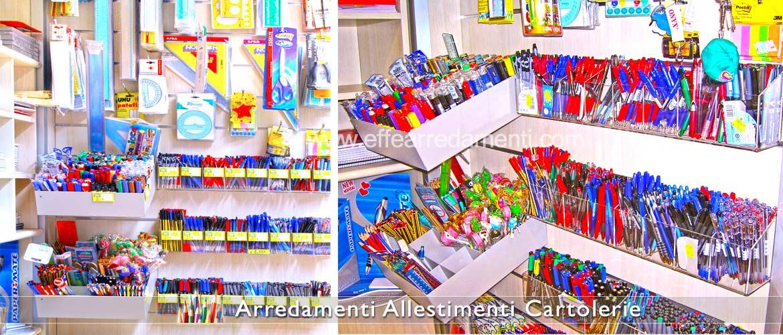 Murs avec des porte-stylos et des crayons pour la papeterie et la cartolibrerie