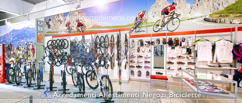 Allestimento negozio biciclette: a destra reparto abbigliamento e calzature per ciclisti.