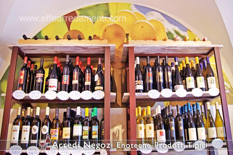 货架上的葡萄酒展示店