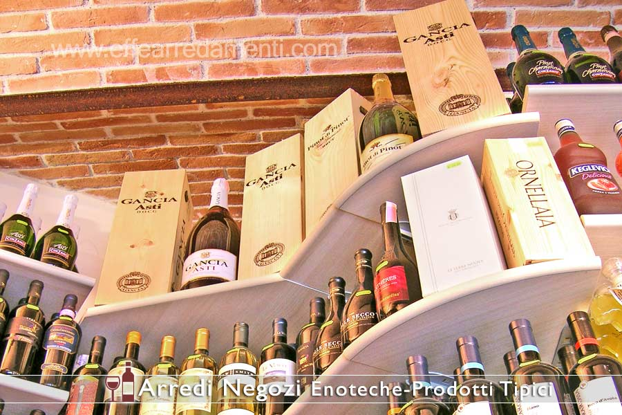 Les étagères modulaires présentent des vins de coin
