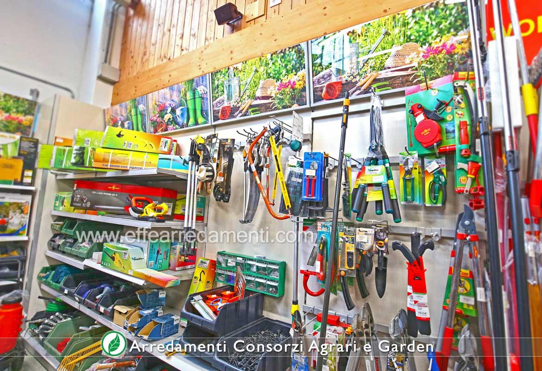 Allestimento Negozi Garden e Consorzi - Esposizione Strumenti da lavoro per Giardino