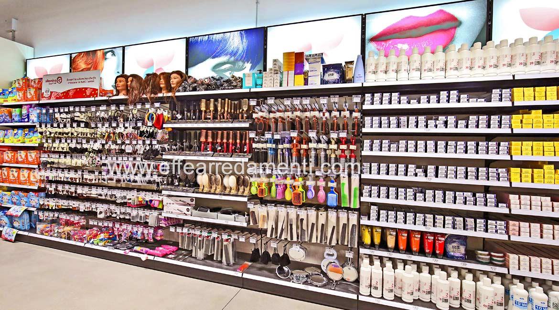 Arredo composto da parete modulare espositiva per prodotti professionali per capelli