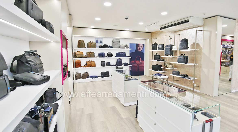 Piquadro巴斯蒂亚本影商店装饰袋和皮革制品