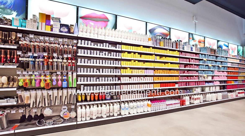 Arredamento parete modulare espositiva di prodotti cosmetici professionali per capelli.