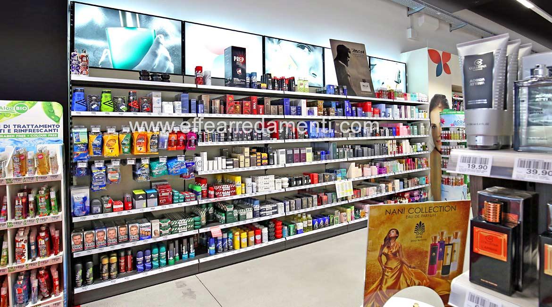 Scaffali per esposizione di deodoranti, shampoo, prodotti di pulizia e igiene.