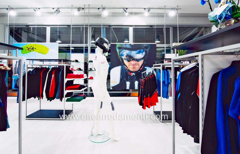 a445a3a3a3a Фото n. 030 - На первом этаже висят гондолы с верхушками для показа одежды