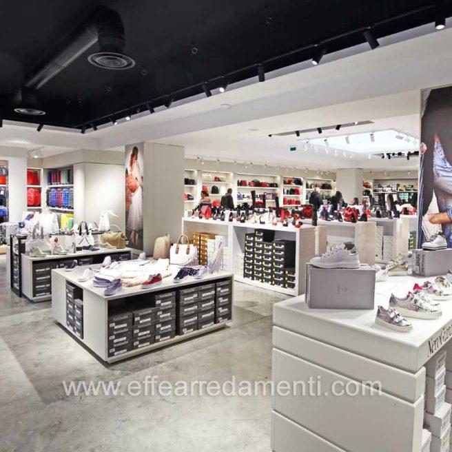 020-Arredamento-per-negozio-calzature-latina