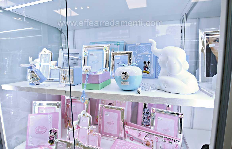 vetrina esposizione articoli regalo bambini