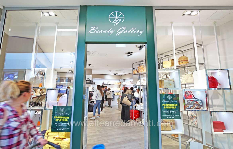 Allestimento negozio di borse