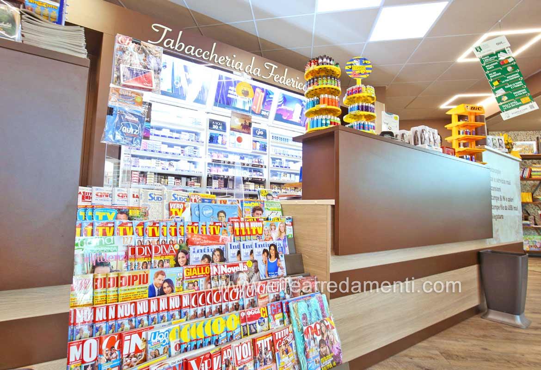 Arredamenti Tabaccheria: Bancone con gradinale per riviste, Voghiera-Ferrara